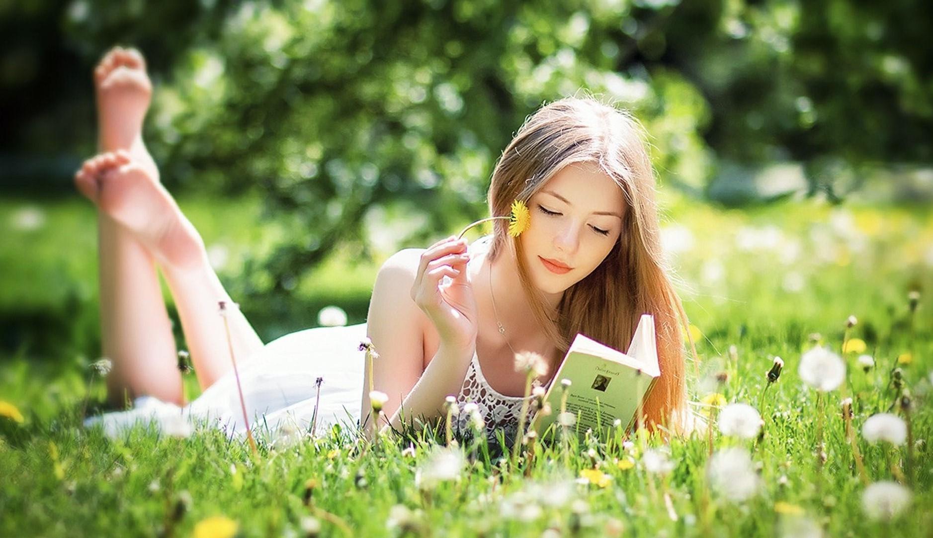 romantische junge frau mit dem Buch